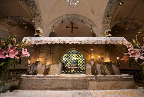 Ołtarz pod którym znajdują się relikwie świętego Mikołaja w Bari (Włochy)