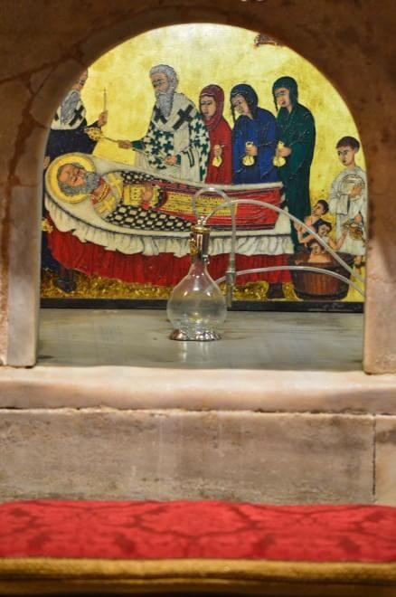 Wydobywanie świętej mirry z relikwii świętego Mikołaja